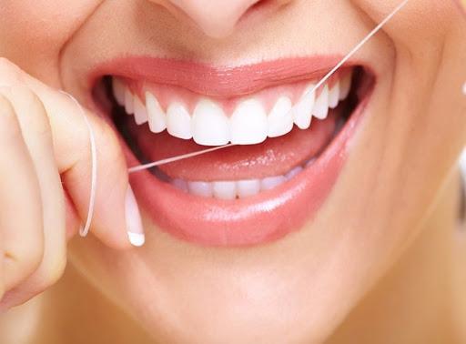 نخ دندان بر روی دندان های کامپویت شده